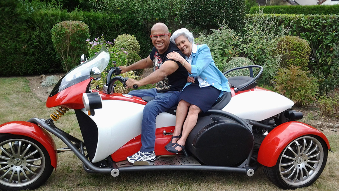 Gerard sur la moto avec sa mere