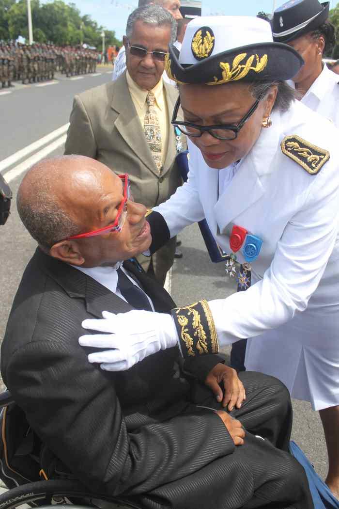 accolade Ordre National du Mérite